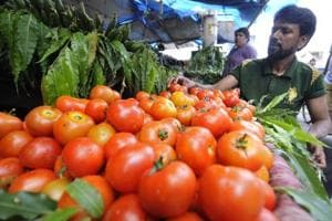Noida: People down to buying half kg tomatoes due to price rise