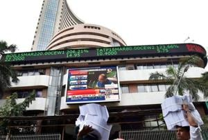 Nifty crosses 10K briefly, closes with loss on profit booking