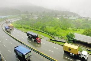 Two hurt as car hits trailer on Mumbai-Pune Expressway