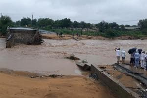 33 persons including 17 of a family die in Gujarat flood