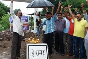 Residents of Barwani and Narmada Bachao Andolan activists raise slogans against the post-midnight dismantling of Gandhi Samadhi for relocation, on Thursday.