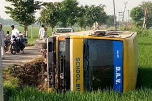 Private school bus overturns in Fatehabad, children receive minor...