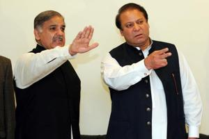 Former Pakistani prime minister Nawaz Sharif (right) with his brother Shehbaz Sharif at a press conference in Lahore in February 2009.
