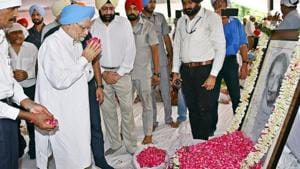 Former PM Manmohan Singh paying floral tributes to Rajmata Mohinder Kaur, chief minister Amarinder Singh's mother, at the New Moti Bagh Palace in Patiala on Sunday.