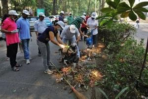 People take part in a clean-up drive in Thane as part of the Swachh Bharat Abhiyan. (HTFile Photo / Representational)