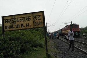 Passengers disembark from a train stopped  on the Howrah-Patna track after Maoists abducted three level crossing gatemen in Bihar.
