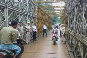 Right to left: Myanmar cops help regulate traffic in Indian border...