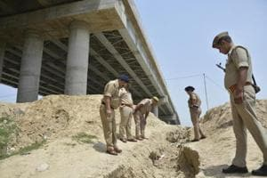 Robber jumps down from 30ft elevated road to avoid police...
