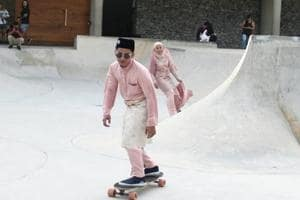 Malaysian couple celebrate their wedding by skateboarding and internet...