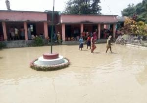 Flood water inundates Katihar relief camps, admn struggles to shift...