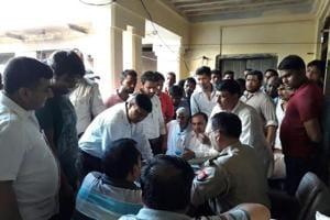 Noida: Thieves plunder shops in Bilaspur market, locals gherao police...