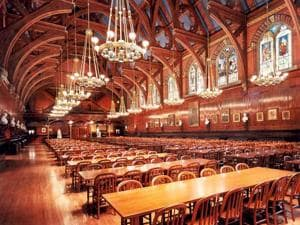 Spread over 9,000 sq ft, Annenberg Hall at Harvard serves as the freshmen's dining hall.