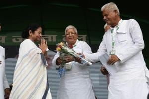 West Bengal CM Mamata Banerjee being received at the RJD rally in Patna on Sunday, as Lalu Prasad looks on. (HT photo / Santosh Kumar)