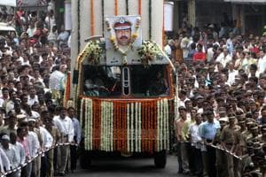 Police and civilians escort a vehicle carrying the body of Hemant Karkare, the chief of the anti-terrorist squad, Mumbai, November 29, 2008