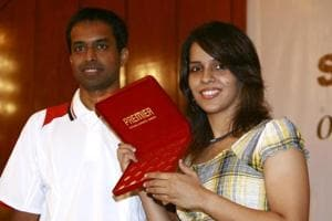 ndian badminton player Saina Nehwal (R) has decided to start training with former coach Pullela Gopichand.