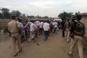 A crowd gathers after police recovered alleged cow meat from a home in Araria, Bihar. The mob protested the alleged sacrifice of a cow on the occasion of Eid ul-Adha. (HT photo)