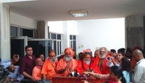 Mahant Narendra Giri, president of Akhil Bhartiya Akhara Parishad, along with other saints met CM Yogi Adityanath and presented a list of 14 fake babas.