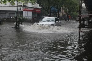 Heavy rain lashes Thane, slows traffic to a crawl