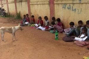 This MP school holds classes on the roadside amid speeding vehicles...