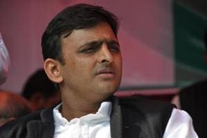 Samajwadi Party (SP) president Akhilesh Yadav called on his father and former party chief Mulayam Singh Yadav and invited him to the party's national convention in Agra.