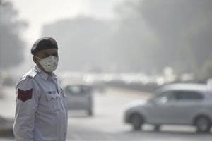 A Delhi traffic policeman wearing mask in Delhi during the persistent smog of November 2016.