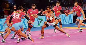 Rajesh Mondal (orange jersey) in action during a match between Puneri Paltan and Jaipur Pink Panthers.