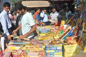 Desi firecrackers do brisk  business this Diwali in Dehradun