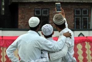Darul Uloom Deoband fatwa bans Muslims from posting photos on social...