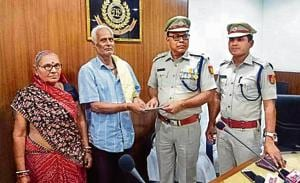 Delhi: Senior citizen shows bravery, catches two snatchers who...