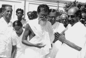 Bhoodan movement leader Acharya Vinoba Bhave (centre).