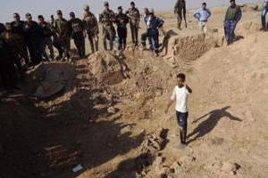 Mass graves holding '400 Islamic State victims' found in Iraq