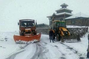 Heavy snowfall in J-K; Mughal Road, Srinagar-Leh highway shut