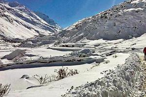 Rohtang snow: Lahaul-Spiti cut off, 50 vehicles stranded