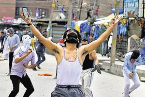 Mehbooba Mufti announces amnesty to first-time Kashmir stone pelters