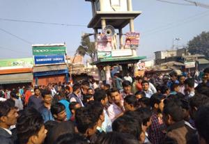 An angry mob blocking the Mina Bazar Chowk at Motihari in protest against Chotu Jaiswal's murder.