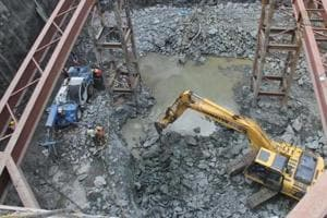 This is the second such accident in recent times at a Metro-7 construction site.