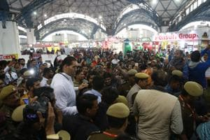 Popular wrestler The Great Khali visited the trade fair on its last day, which led to chaos among visitors who were startled at the security personnels clicking selfies with the celebrity.