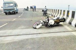 Delhi teen falls off flyover: Unfinished loop attracts stunt bikers,...
