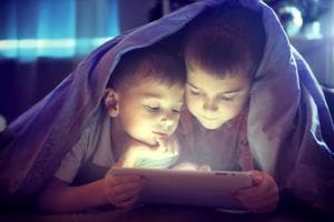 Do your children use smartphones before bedtime? Beware, it can raise...