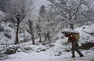 Dry spell ends, Srinagar gets season's first snowfall
