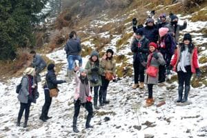 Video: Tourists throng Manali as temp touches 0°C; snow the big lure