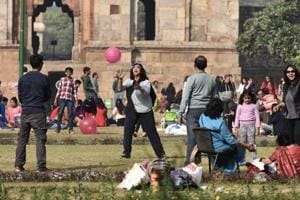 Clear, sunny Monday in Delhi, air quality improves to 'moderate' level