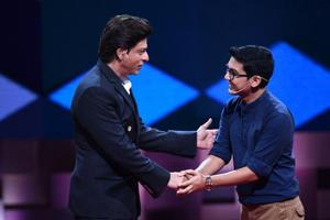 Deepak Ramola (R) with actor Shah Rukh Khan on TV show TED Talks India Nayi Soch.
