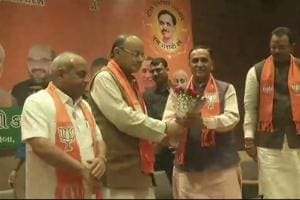 Arun Jaitley (2nd from Left) congratulating Vijay Rupani after he was picked as the Gujarat chief minister.
