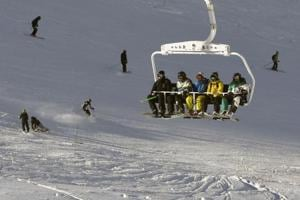 Snow strands over 4000 in French Alps, one killed in avalanche