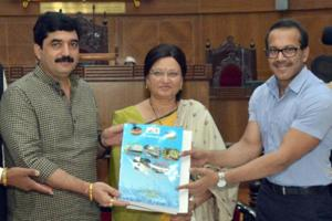 Municipal commissioner Kunal Kumar (right) on Monday presented the draft budget for 2018-19 and handed over it to the standing committee chairman Murlidhar Mohol (left).