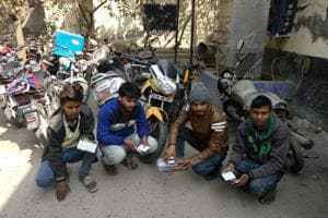 Police arrest four involved in theft of 150-200 mobile phones