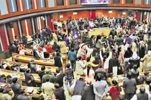 Chaos  prevailed in the joint session of three municipal corporations held on Saturday to discuss the sealing drive by the Supreme Court-appointed monitoring committee.