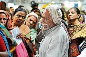 This photo of an old man crying after missing his spot at a SBI branch in Gurgaon went viral after demonetisation.
