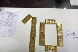 A Chinese passenger acted as an interpreter and ended up helping customs officials at Delhi airport arrest two Taiwanese nationals for smuggling gold.